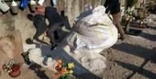 Immagine Niente fossa per la bara e scava al cimitero