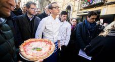 Napoli, Sorbillo in piazza dopo la bomba in pizzeria: «È stato il racket»