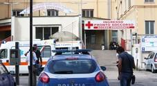 Napoli, detenuto tenta di evadere dall'ospedale, poliziotto si lancia e lo blocca