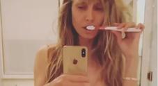 Heidi Klum hot, si lava i denti in topless e perizoma