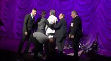 Paura per Toto Cutugno a Kiev, un uomo sale sul palco: interviene la scorta
