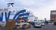 Incidente su traghetto a Napoli: auto schiaccia due persone, un morto e una donna ferita