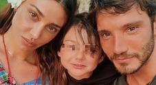 Belen e la prima foto di famiglia con Stefano De Martino e Santiago: «Ma sei incinta?»