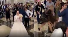 La sposa lancia il bouquet, due invitate se lo contendono: scoppia una rissa furiosa