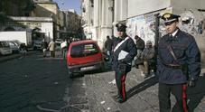 Napoli, sbucano dalle fogne e fanno esplodere bomba nel bar a due passi dalla stazione