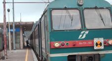 Lancio di sassi contro il treno Fs: ferita ragazza sulla Napoli-Salerno