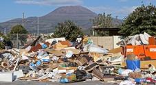 È emergenza rifiuti in Campania: cumuli di spazzatura incendiati