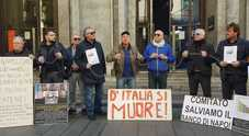 Banco di Napoli, protesta in catene a via Toledo: «Non scippate la nostra storia»
