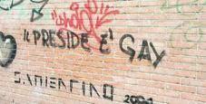 Immagine «Preside gay» sul muro, lui: «Non lo cancello»