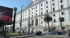 Napoli, botte e coltellate: ragazzo ferito dal branco in piazza Carlo III