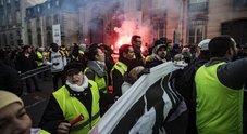 Gilet Gialli, Francia nel caos: un morto, 227 feriti, 6 gravi. Scontri a Parigi