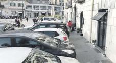 Napoli, nuovo stop al marciapiede di de Magistris jr: «Perdiamo 70 mila euro di strisce blu»