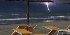 Immagine Fulmine colpisce bagnante in spiaggia, è gravissimo