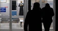 Formiche in ospedale a Napoli, sospesi due infermieri e due sindacalisti