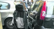 Napoli, disabile in carrozzina intrappolato dalle auto in sosta