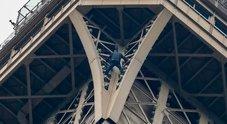 Scala a mani nude la Torre Eiffel: area evacuata, arrestato