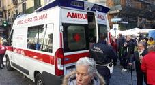 Napoli, uomo colto da malore nella folla di San Gregorio Armeno: paura e polemiche
