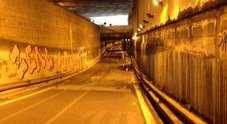 A Napoli è traffico caos: chiuso anche il sottopasso Claudio a Fuorigrotta, guasto l'impianto di illuminazione
