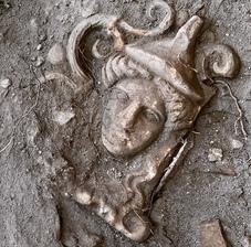 Gli ex voto della Pompei romana affiorano dalle ceneri del tempio di Atena