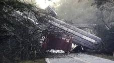 Treno merci deraglia negli Usa, decine di carrozze cadono sulla strada. «A bordo gas propano»