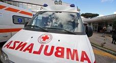 Napoli, ambulanza circondata e presa a calci: «È la 34esima aggressione dall'inizio dell'anno»