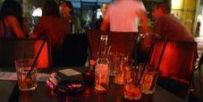 Immagine La birra è troppo fredda, cerca di strangolare barista