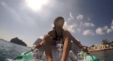Artista ischitano circumnaviga il Castello Aragonese su una barca realizzata con 600 bottiglie di plastica