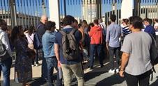 Napoli, il concorsone finisce nel caos: cancelli chiusi e proteste dei candidati