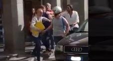 Napoli, centauro aggredito dal parcheggiatore abusivo in piazza dei Martiri