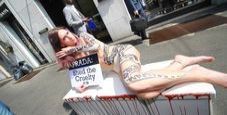 Immagine Nuovo blitz Peta a Milano, modella nuda contro Prada