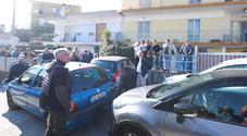 Napoli, sgombero tra le tensioni: feriti tra residenti e poliziotti, uomo colto da malore