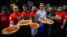 Napoli, Sorbillo riapre e offre pizze: «C'è nuova fiducia». E ai Tribunali arrivano gli inviati del New York Times