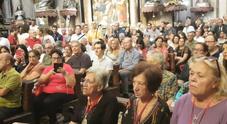 Migliaia di fedeli al Duomo per assistere al prodigio di San Gennaro: «Napoli è in mano a lui»