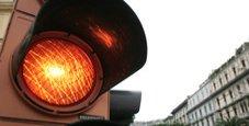 Immagine Multa per semaforo rosso? È valida con giallo «lampo»
