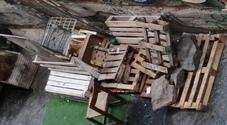 Napoli, spunta una discarica davanti ai cancelli del cortile di Santa Chiara