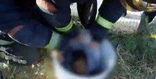 Immagine Bambino incastrato nel tubo salvato dai vigili del fuoco