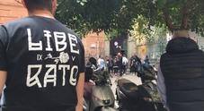 Il primo negozio di Liberato a Napoli: follower e curiosi all'assalto di gadget e magliette