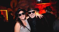 Occhiali scuri e cappello, festa stile Blues Brothers all'Agorà