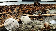 L'invasione dei dischetti di plastica: sequestrato il depuratore del Sele