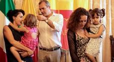 Famiglie arcobaleno, de Magistris registra gli atti di nascita di 11 bambini con il doppio cognome