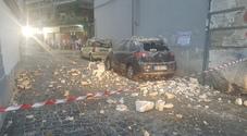 Napoli cade a pezzi: crolla cornicione di un palazzo e distrugge due auto