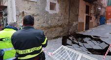 Napoli, voragine in strada a Montesanto: sgomberate decine di famiglie