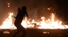 Barcellona, guerriglia in piazza: feriti due agenti, i manifestanti sono mezzo milione. I Mossos: useremo gli idranti