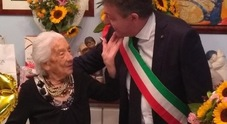 Nonna Rosa: cento anni di lacrime e sorrisi fra figli, nipoti e pronipoti