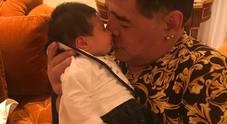 La prima volta di nonno Maradona: abbraccia il nipotino Diego Matias