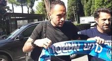 Napoli, Ospina a Roma per le visite in posa con la sciarpa: «Sono felice»