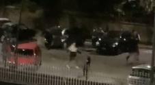 Lite e raid punitivo: 40 incappucciati con mazze da baseball, 17enne ferito
