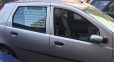 Napoli, l'avviso del disabile ai pirati del parcheggio: «Lasciate libere le strisce gialle o chiamo la polizia municipale»
