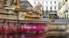 Napoli, 22enne imbratta con spray la fontana monumentale di Monteoliveto: denunciato