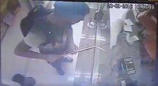 Napoli, la nuova strategia dei ladri: furto con l'asta per i selfie